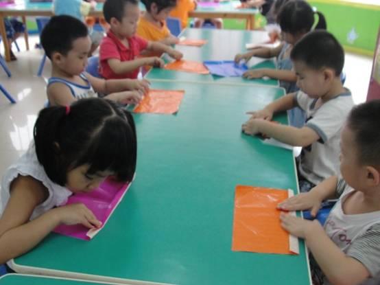 子们开始学习折扇子了,在这个手工活动中,幼儿学习运用折叠的