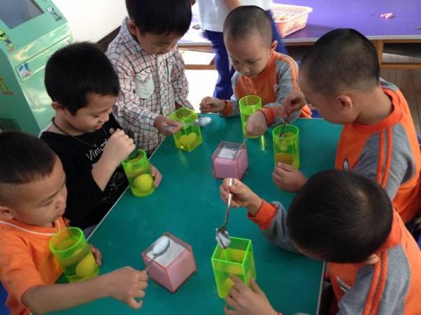 大班课题:幼儿科学实验研究 研究缘由: 幼儿有着与生俱来的好奇心与探究欲望。好奇心是幼儿内在生命本质的展现,正是好奇心驱使着幼儿去探索求和。幼儿有关科学领域的探究和学习,往往受到好奇心和兴趣的直接驱使,可以说好奇心和兴趣是幼儿主动进行科学探究和学习的基本前提。 研究目的: 开展科学小实验活动,培养幼儿的探索精神。伟大教育家陶行知先生说过:行动是老子,知识是儿子,创造是孙子。为了让幼儿从学前期开始就有多方面行动的机会,我结合教育内容,让幼儿动手做一些好学易做,又符合幼儿认识水平的小实验,培养他们的探索