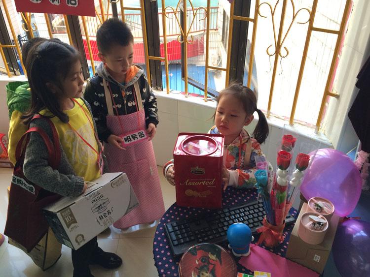 中班小课题研究: 幼儿园区域活动中环境创设的研究 一、研究的意义: 区域活动,是教师根据教育的目标和幼儿发展的水平有目的的创设活动环境,投放活动材料,让幼儿按照自己的意愿和能力以操作摆弄为主的方式进行个别化的自主学习的活动。它是教师从幼儿的兴趣出发,为使幼儿行高效学习,获最佳发展而精心设计的环境;它可以让幼儿自由地进出各个区域,开展游戏活动;它有着相对宽松的活动气氛,灵活多样的活动形式,能满足幼儿发展的不同需要。新《纲要》中指出:幼儿园应为幼儿提供健康、丰富的生活和活动环境,满足他们多方面发展的需要,使他